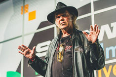 Neil Young boicoteaza Starbucks
