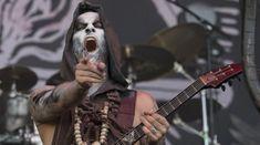 Nergal si chitaristul Jeffrey Dunn au interpretat piesa 'Satanachist' din carantina