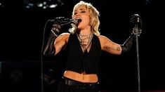 Miley Cyrus a facut un cover pentru 'We Will Rock You' de la Queen