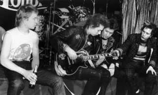 Poze Poze Sex Pistols - sid learns how to 'play' bass