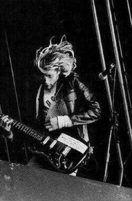 Poze Poze Nirvana - kurt shredding it