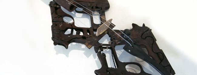 Orchestra de instrumente facute din pistoale si pusti