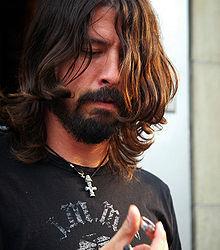 Solistul Foo Fighters ii da in judecata pe Scissor Sisters (video)