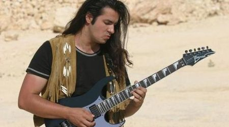 Cristi Gram (Phoenix) si Emil Chican (Spitalul de Urgenta) canta pe o chitara Bon Jovi