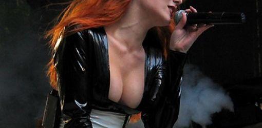 Cerere de casatorie la un concert Epica in Chile (video)