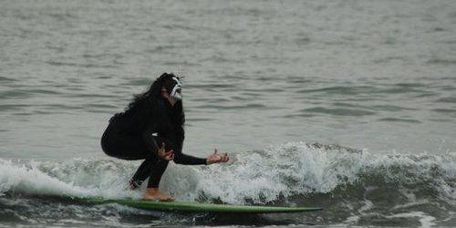 Cum se poate trece de la black metal la surf rock? Cele mai bune piese surf metal