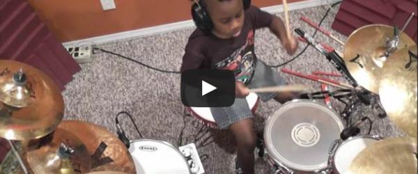 La varsta de 7 ani este un baterist profesionist!
