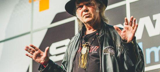 Neil Young boicoteaza Starbucks